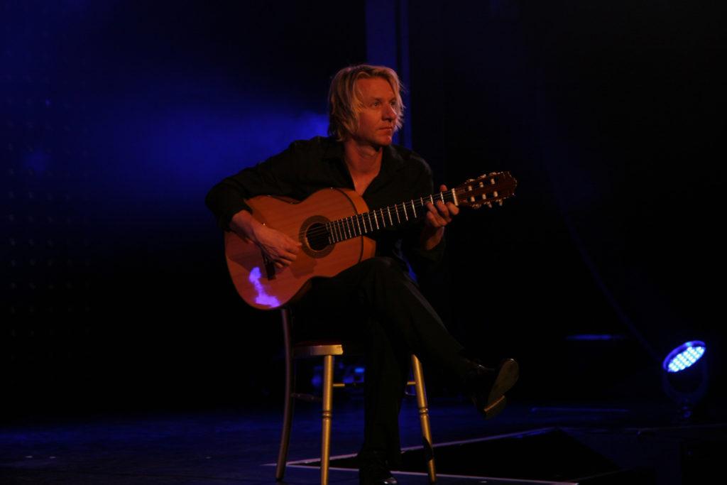 klassischer Gitarrist mit spanischer Flamenco Gitarre